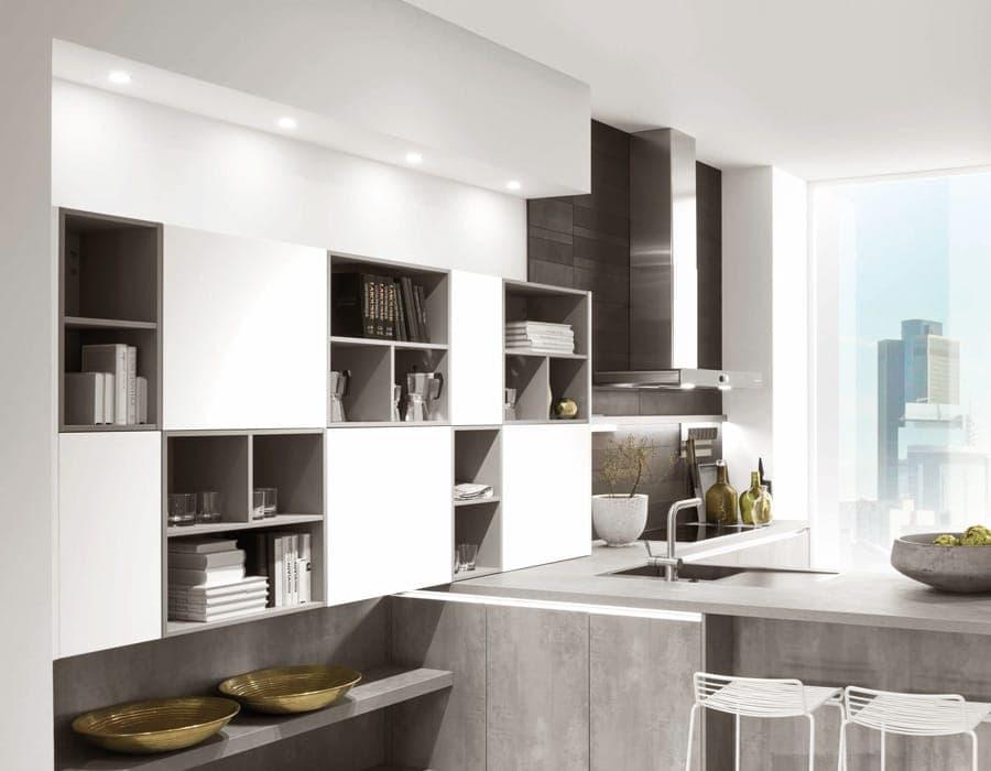 Küche mit Regalsystem und LED-Beleuchtung in Decke, Abzugshaube und Kehlleiste