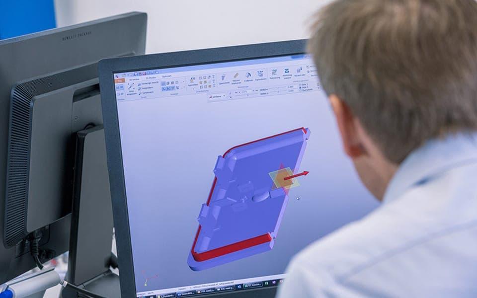 Entwickler beim Anfertigen einer 3D-Zeichnung